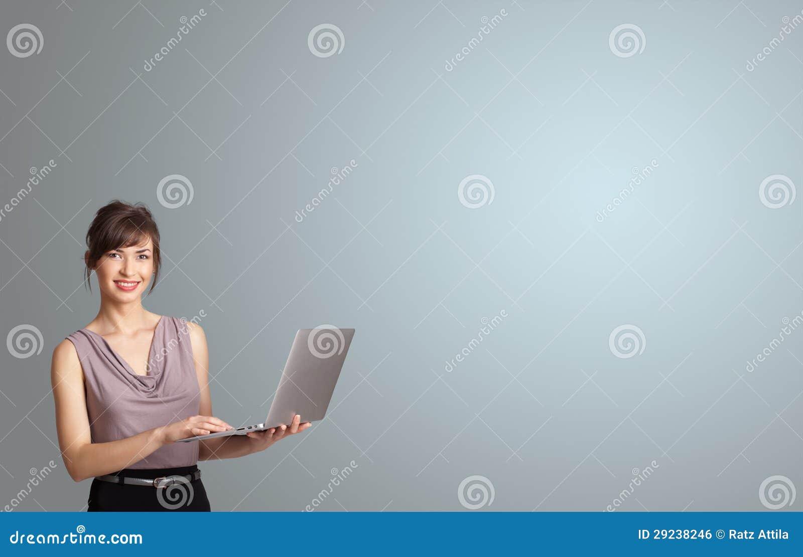 Download Mulher Atrativa Que Guardara Um Portátil Com Espaço Da Cópia Foto de Stock - Imagem de placa, fêmea: 29238246