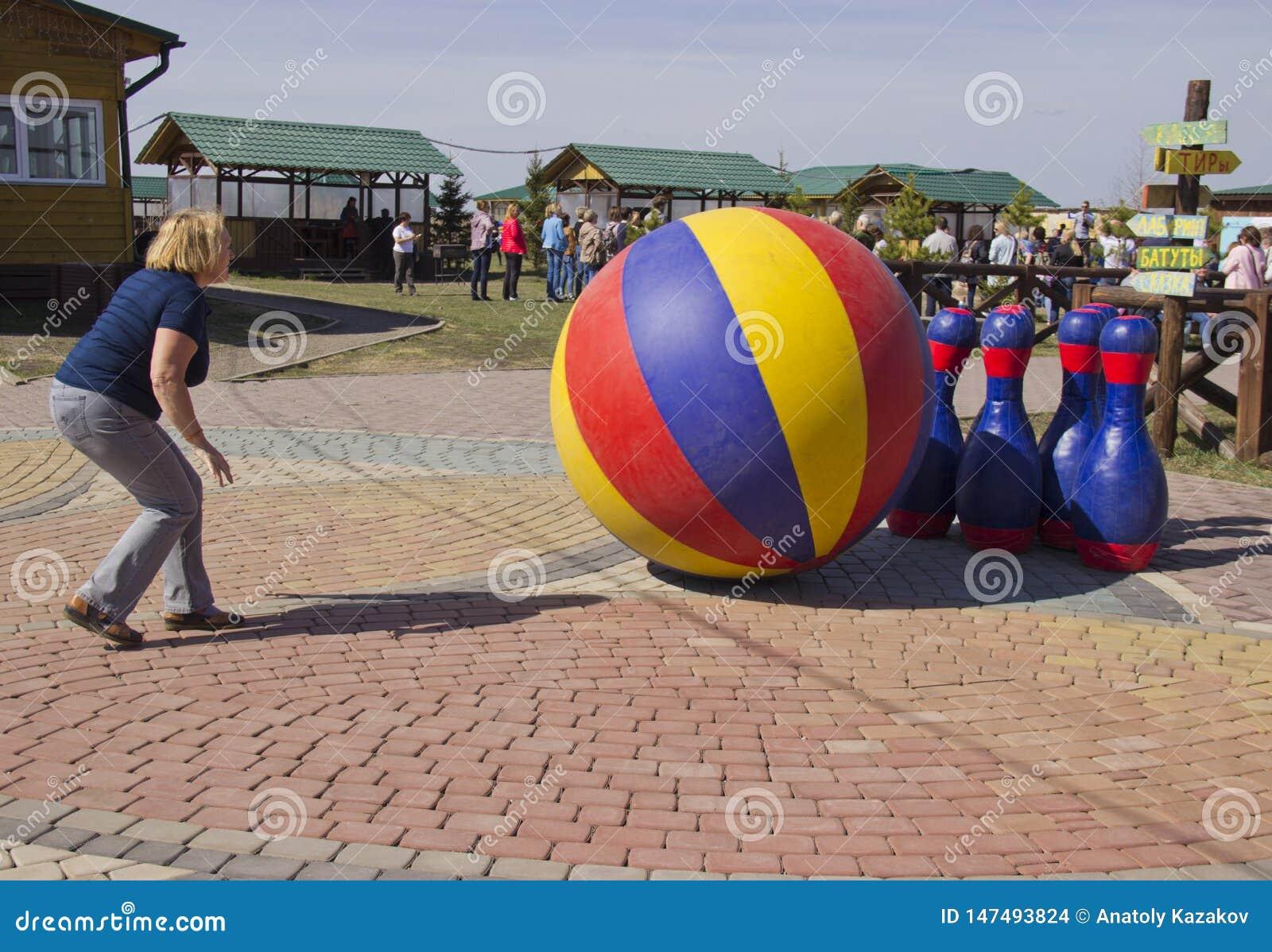 A mulher bate os pinos da bola