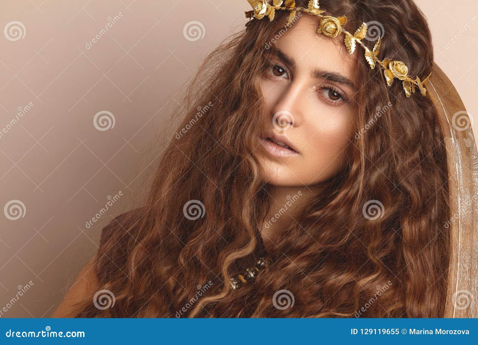 Mulher bonita Cabelo longo encaracolado Modelo de forma no vestido dourado Penteado ondulado saudável acessórios Autumn Wreath, c