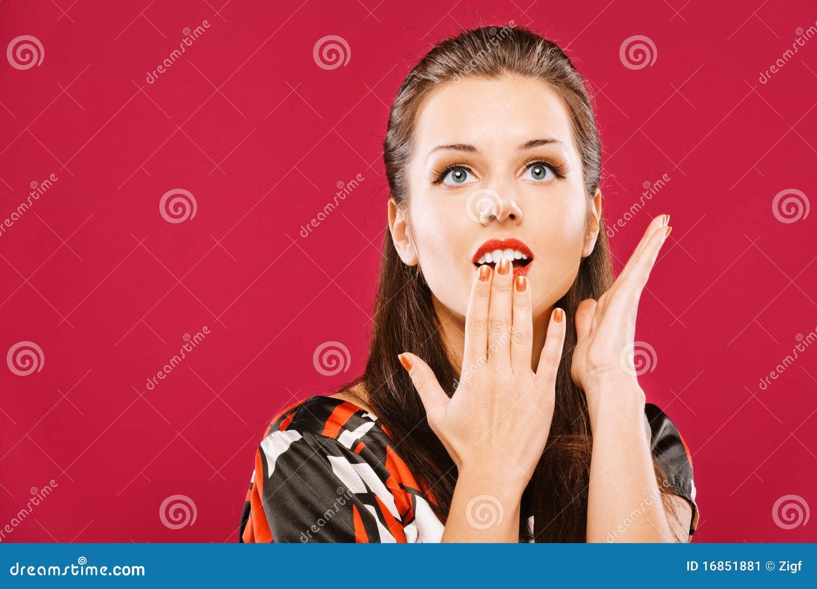 A mulher bonita cobre a boca