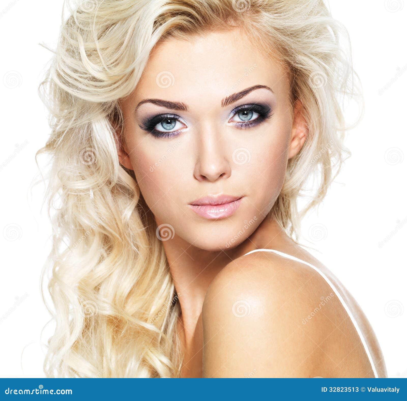mulher-bonita-com-cabelo-louro-longo-32823513.jpg