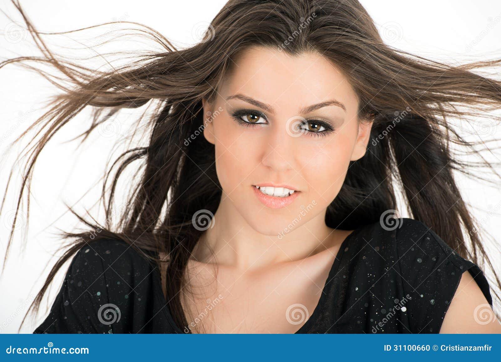mulher-bonita-com-cabelo-marrom-longo-pp