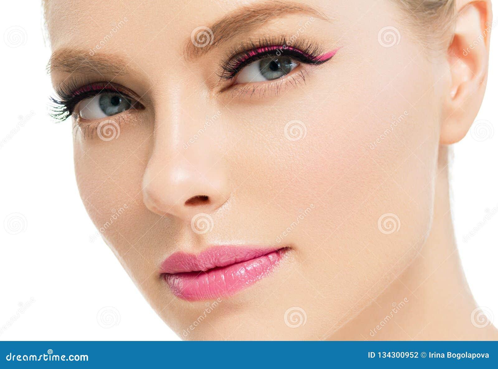 Mulher bonita com a cara natural da beleza do cabelo louro da composição da pele saudável com chicotes da beleza e os bordos cor-