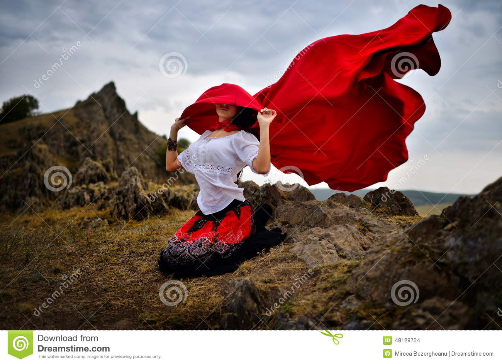 Mulher bonita com casaco vermelho