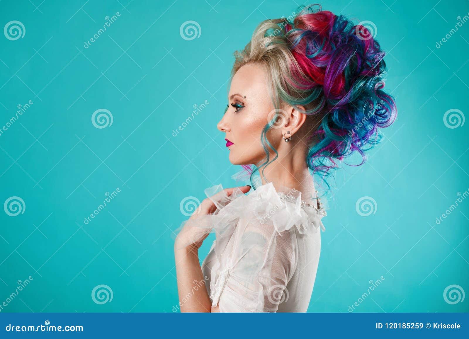 Mulher bonita com coloração de cabelo criativa Penteado à moda, estilo informal