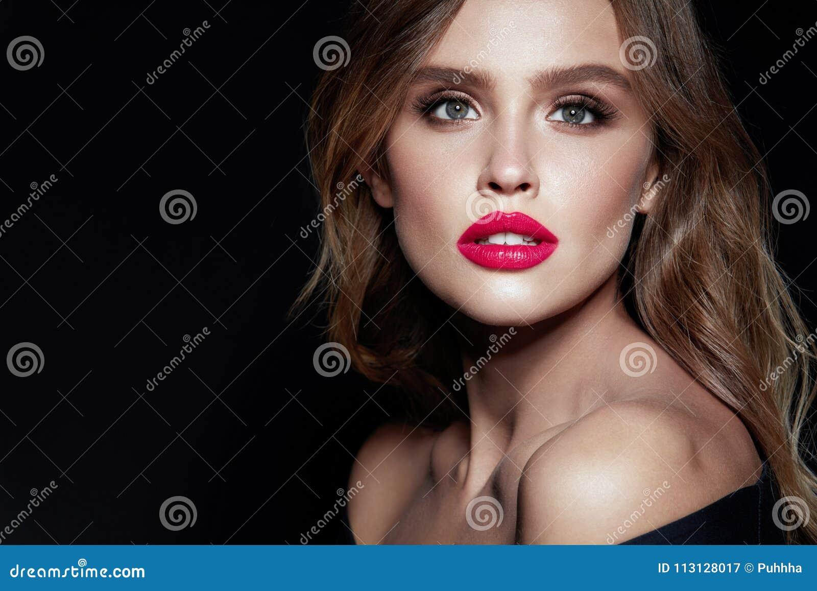 Mulher bonita com composição e penteado da beleza