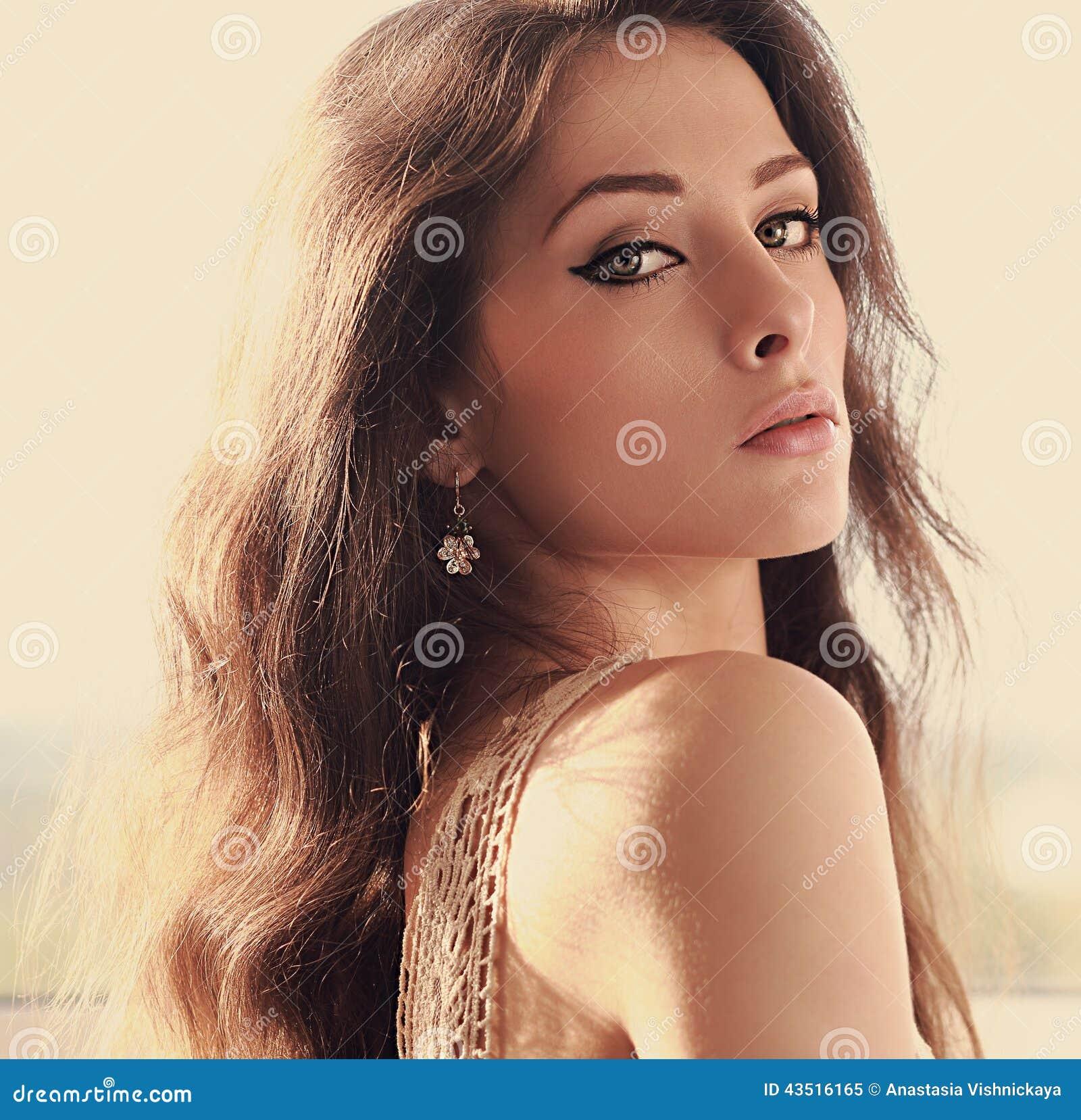 Mulher bonita com composição perfeita dos olhos