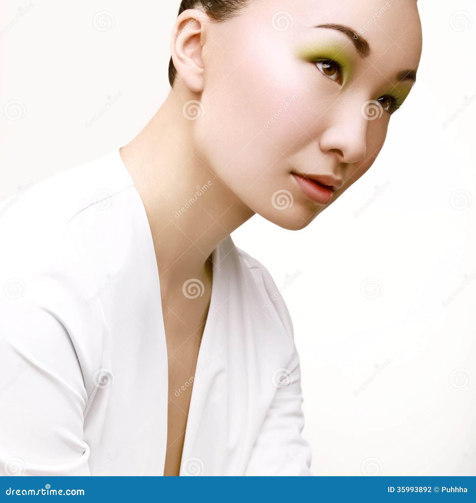 Mulher bonita com composição verde da forma.