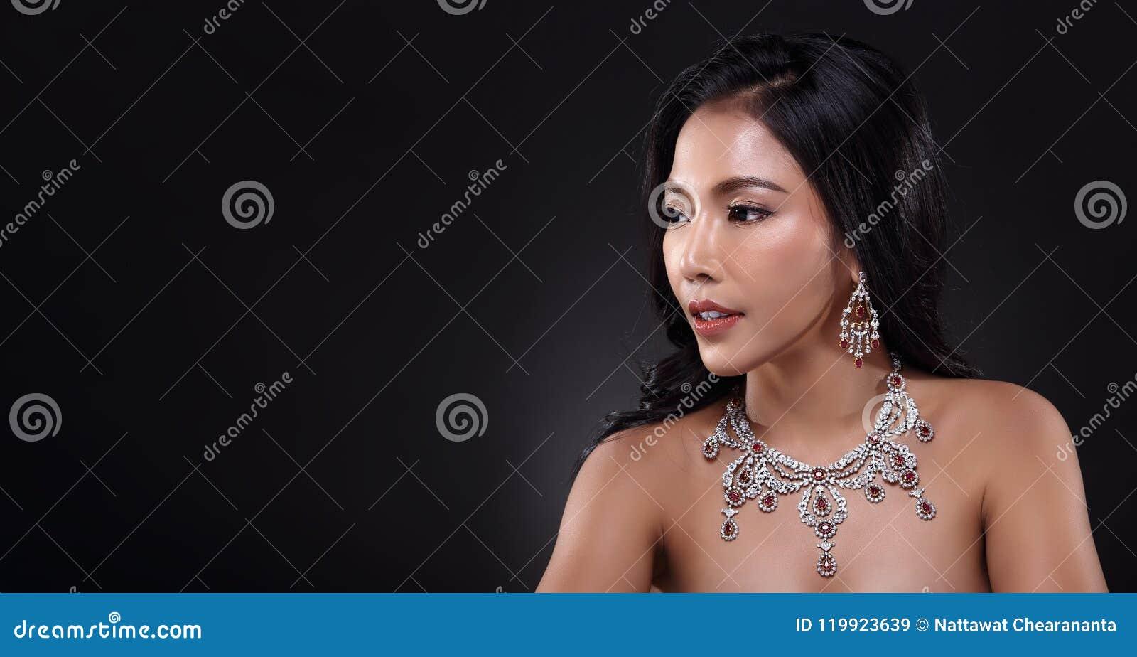 Mulher bonita com Diamond Bib Necklace para o feriado do Natal