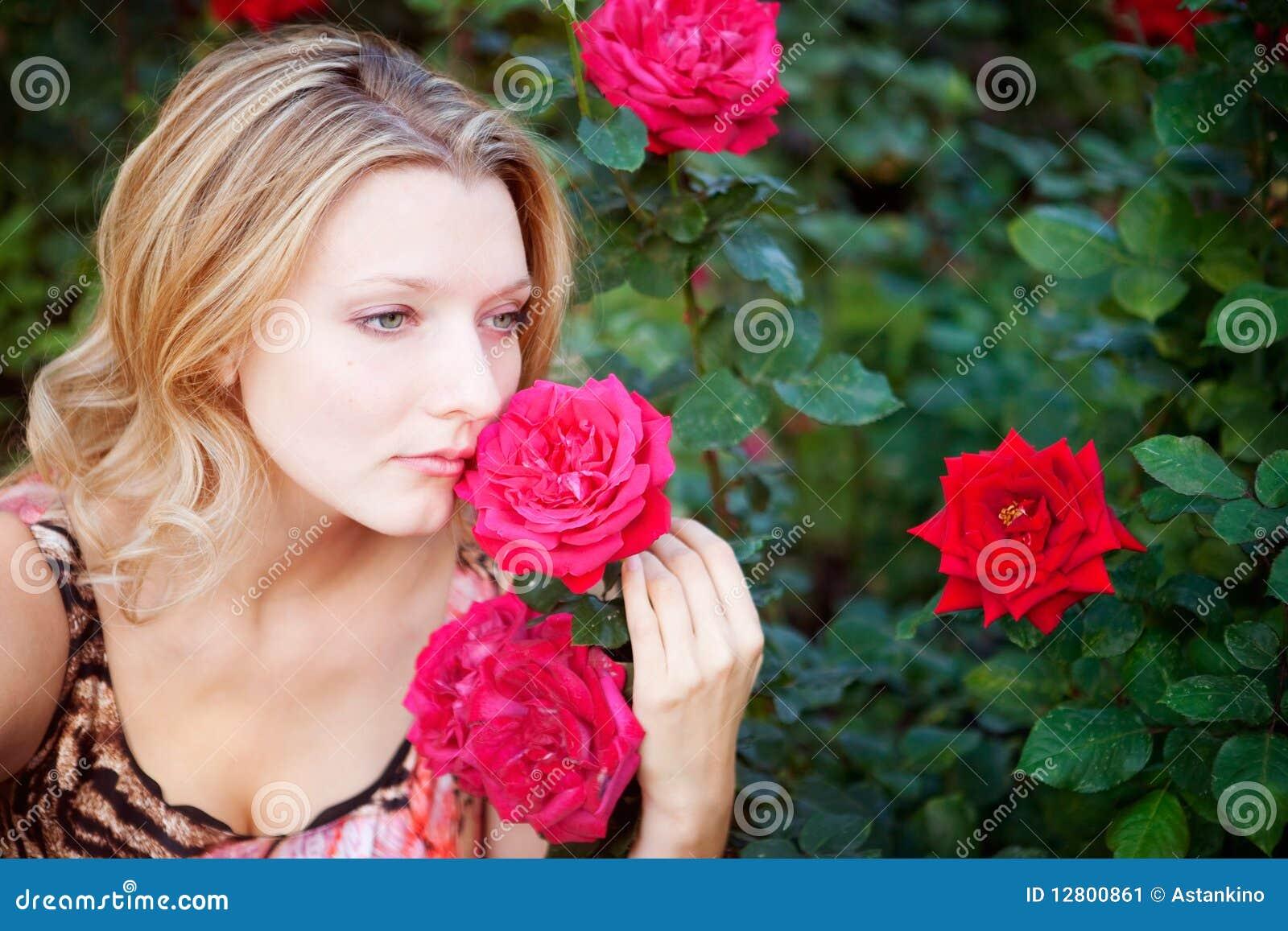 Mulher bonita com flor