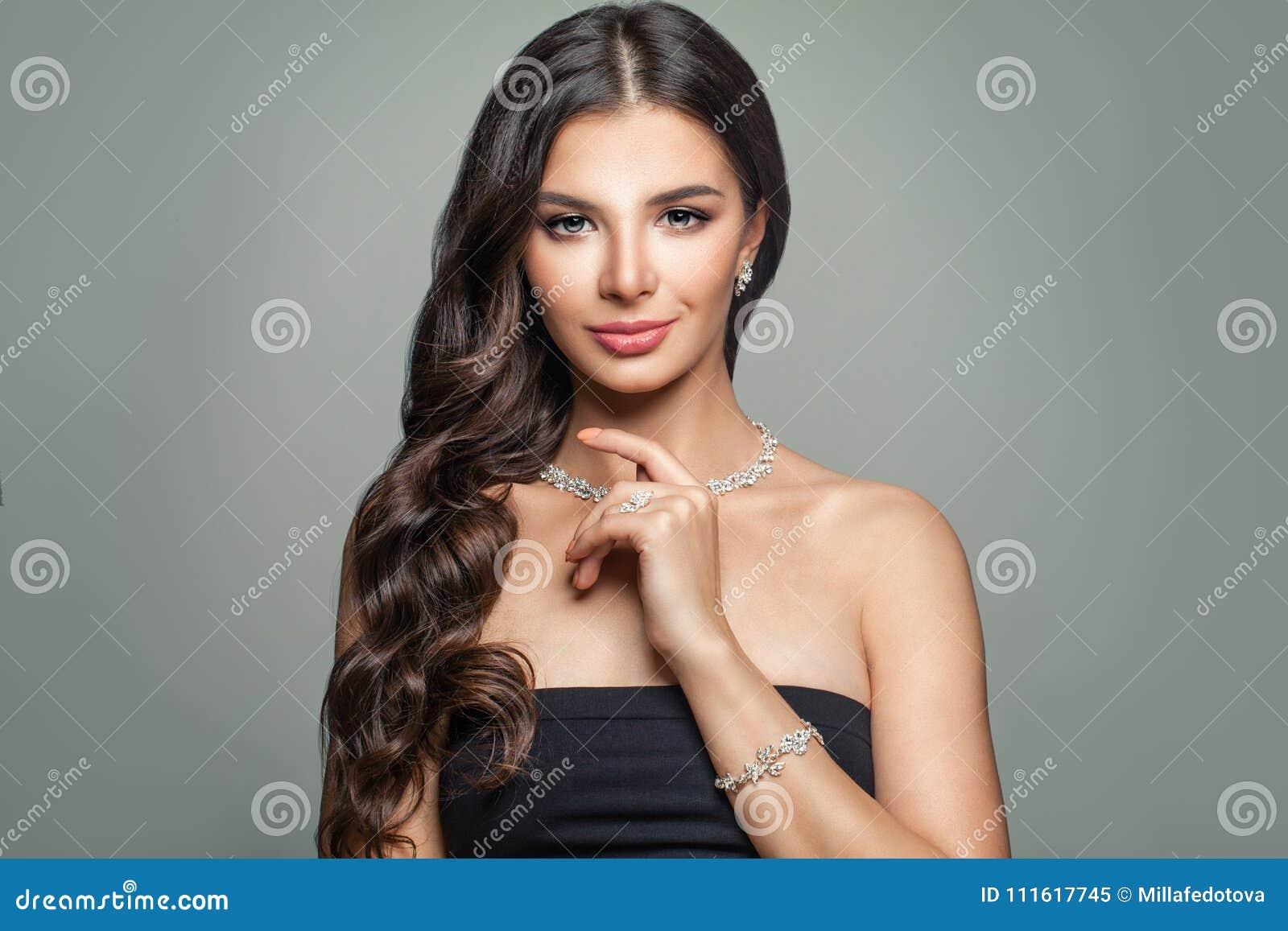 Mulher bonita com joia Diamond Necklace