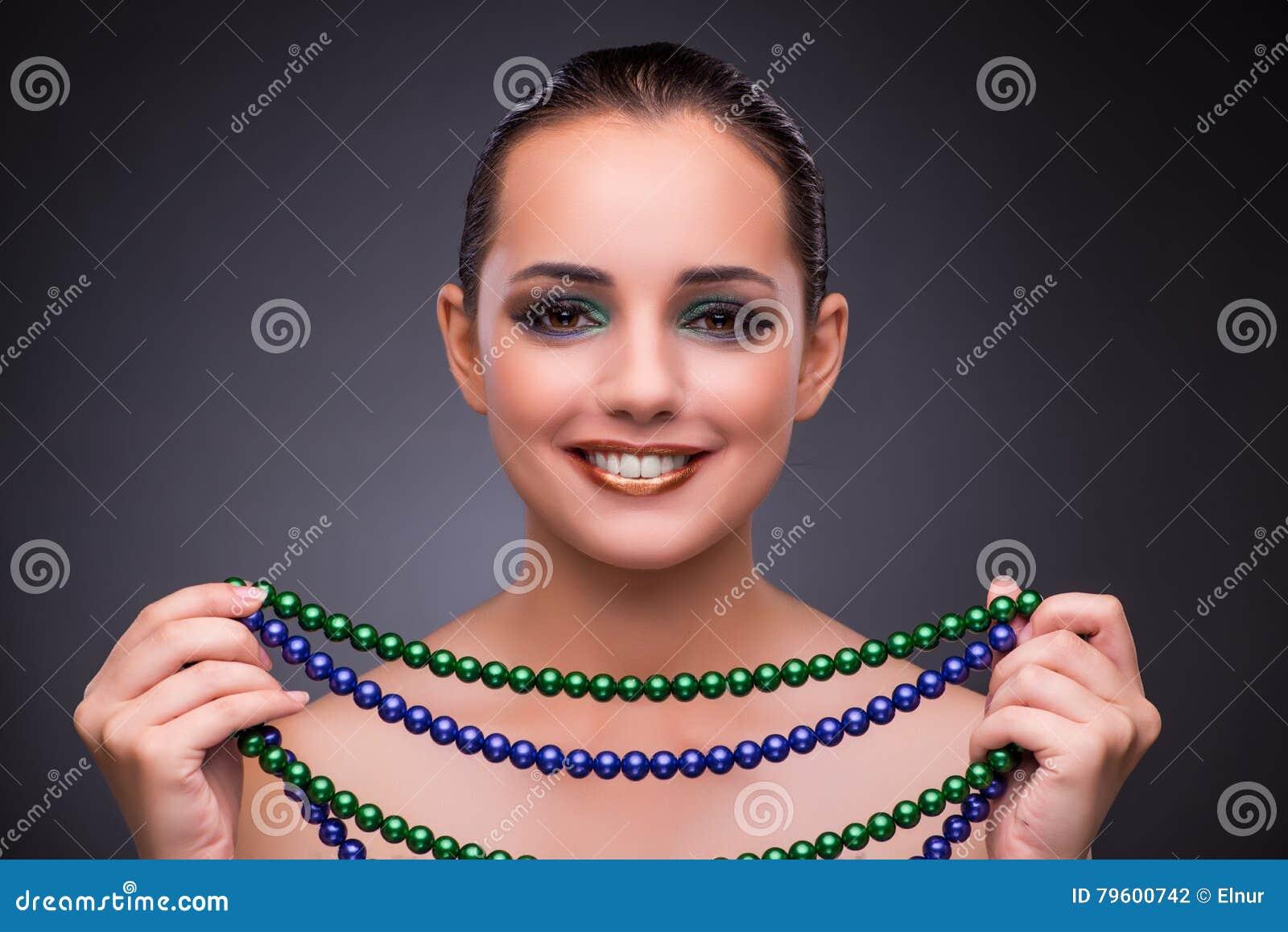A mulher bonita com joia no conceito da beleza