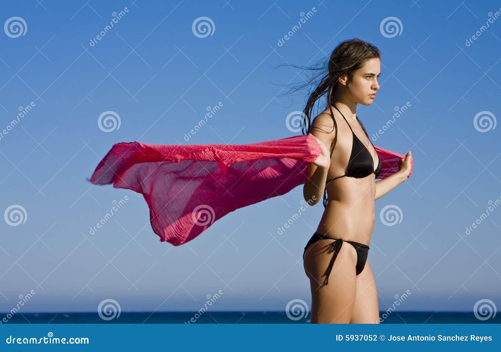 Mulher bonita com lenço vermelho