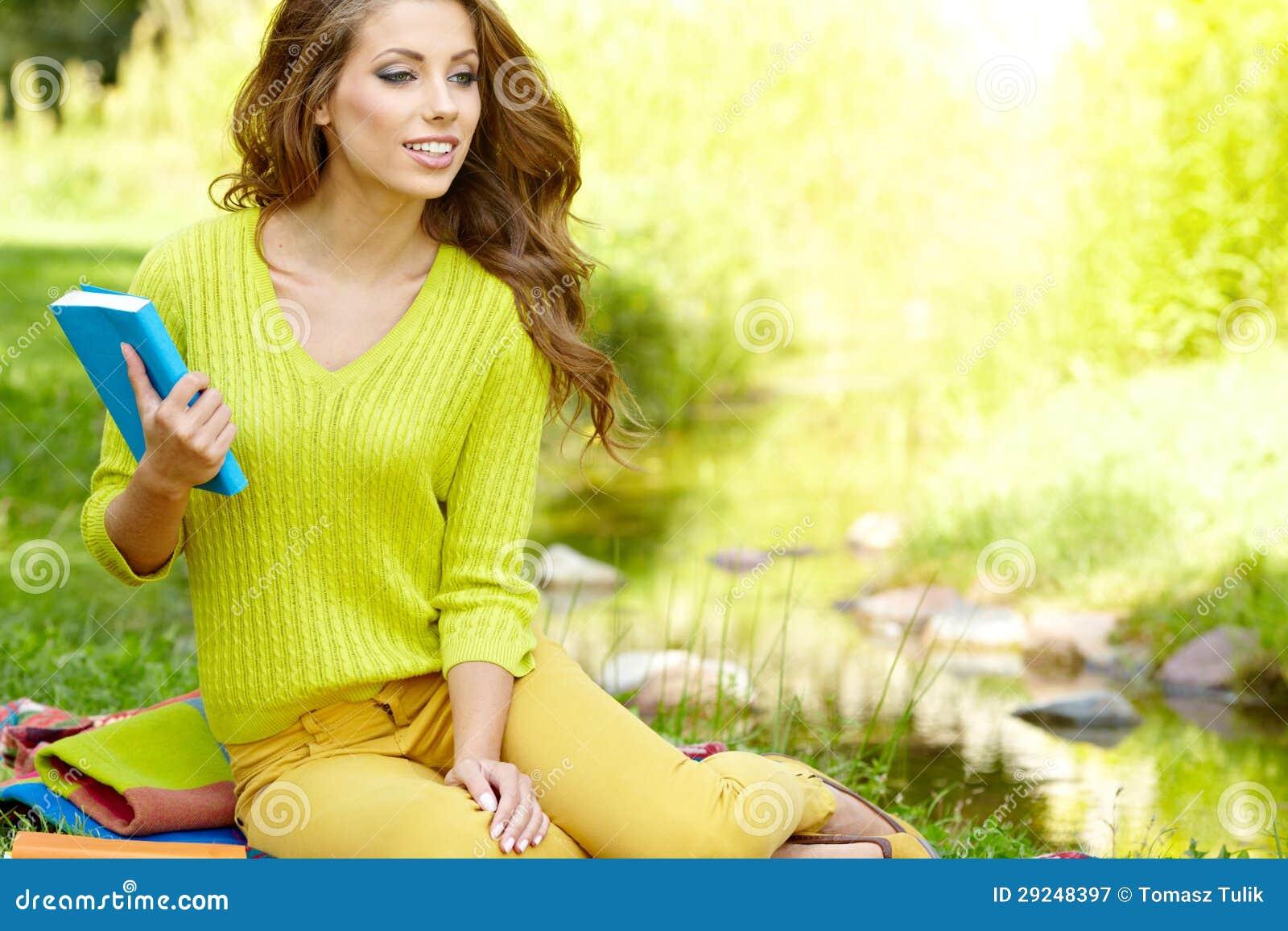 Download Mulher bonita com livro imagem de stock. Imagem de lido - 29248397