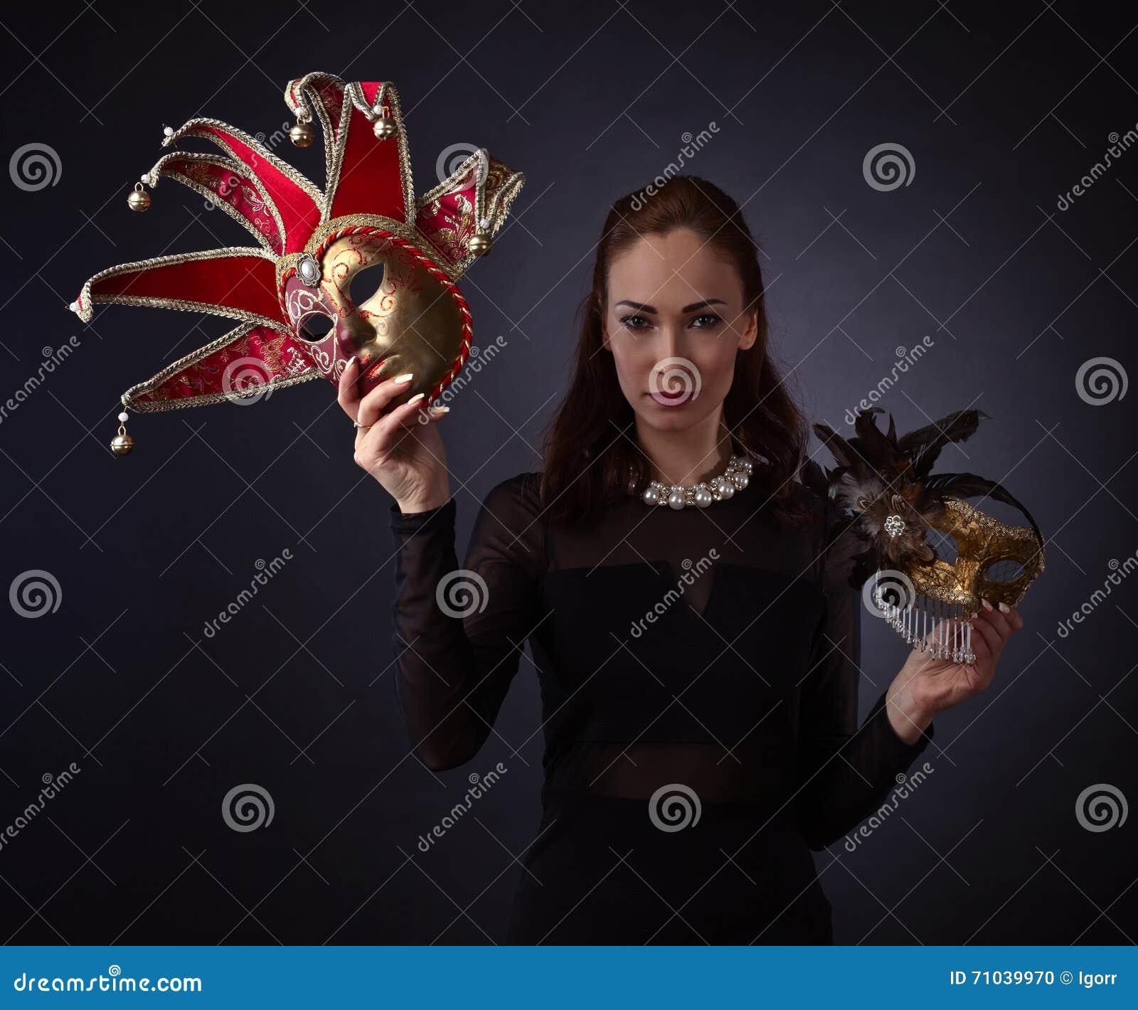 mulher-bonita-com-mscara-do-carnaval-71039970.jpg