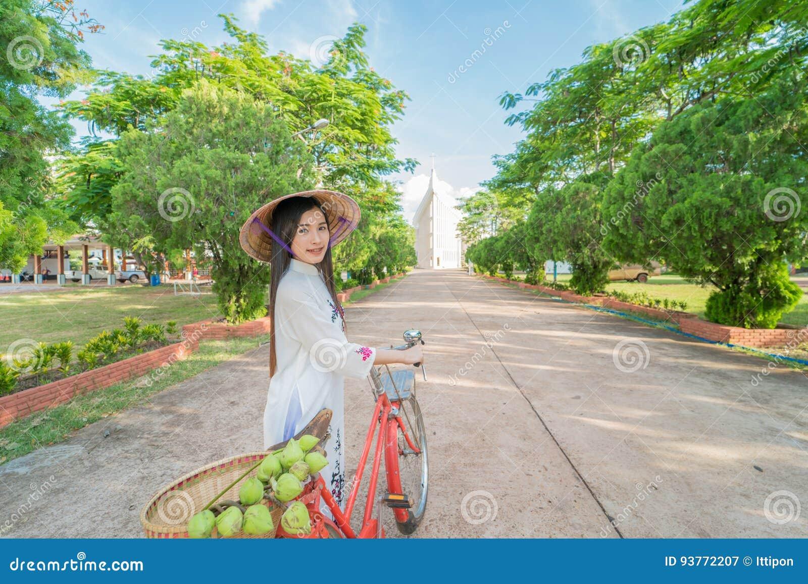 Mulher bonita com o vestido do tranditional da cultura de Vietname