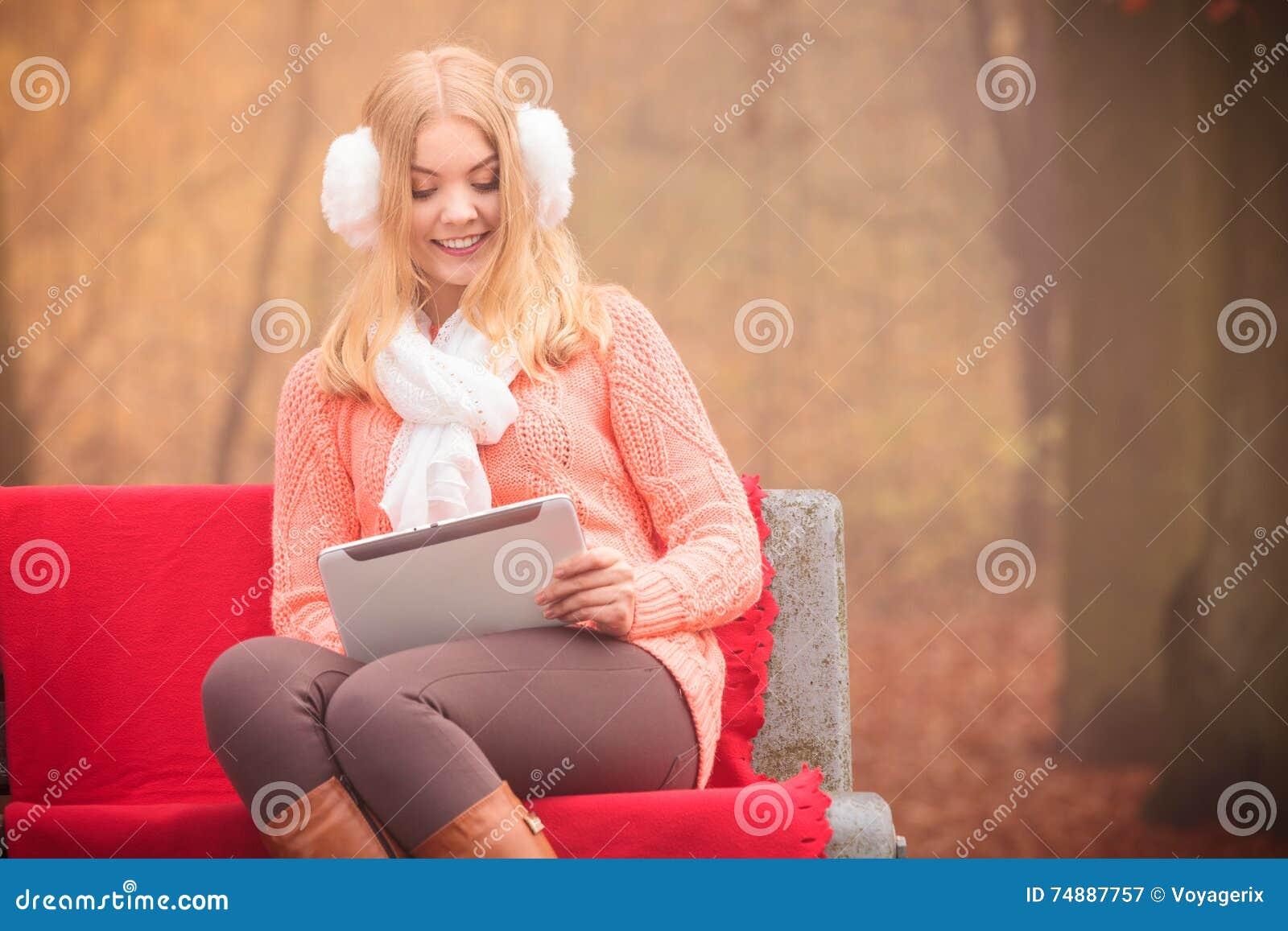 Mulher bonita com tabuleta digital