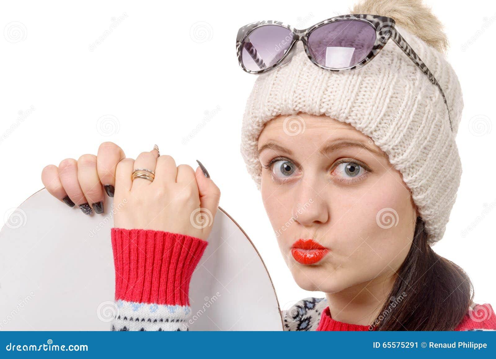 Mulher bonita com um snowboard no estúdio