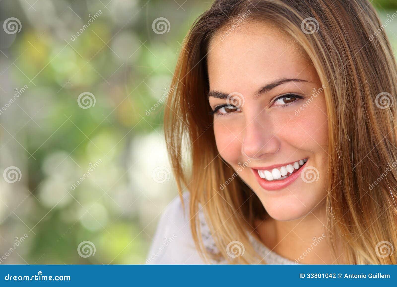 Mulher bonita com um sorriso perfeito clarear