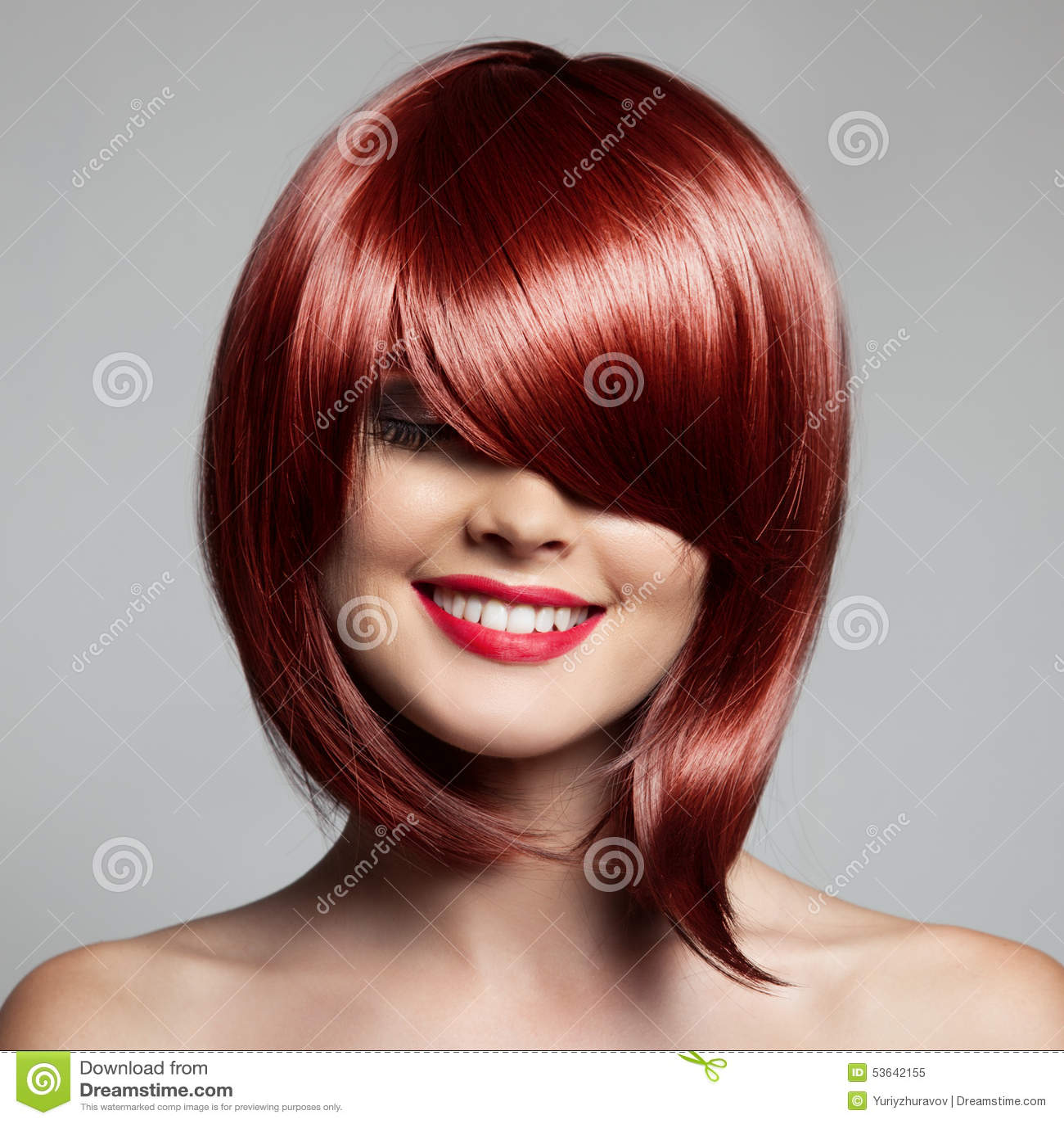 Mulher bonita de sorriso com cabelo curto vermelho haircut hairstyle