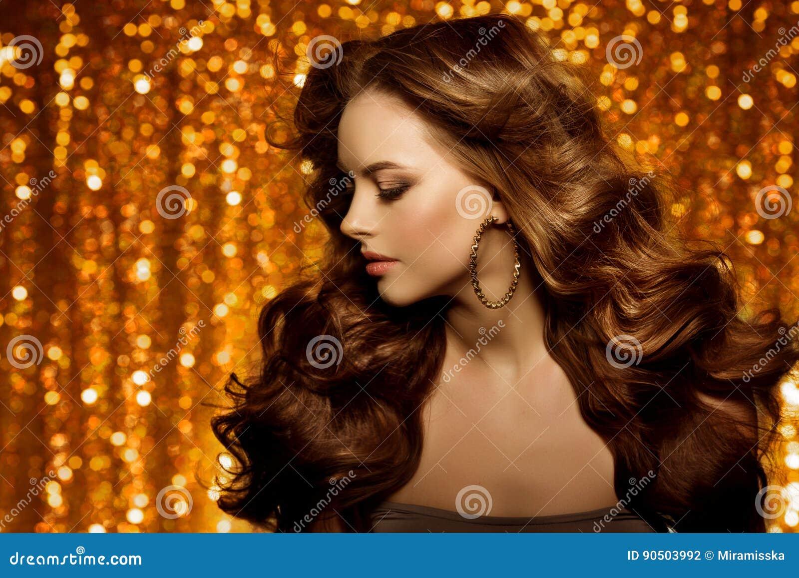 Mulher bonita dourada da forma, modelo com v longo saudável brilhante