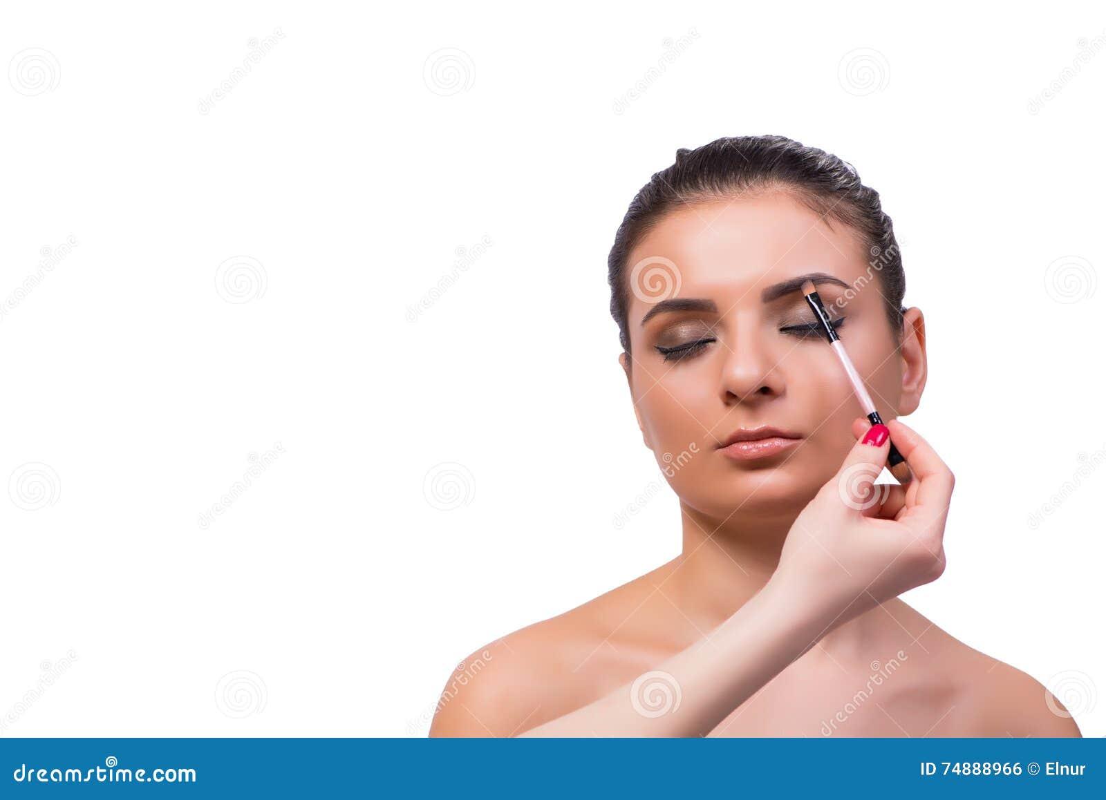 A mulher bonita durante a sessão dos cosméticos da composição
