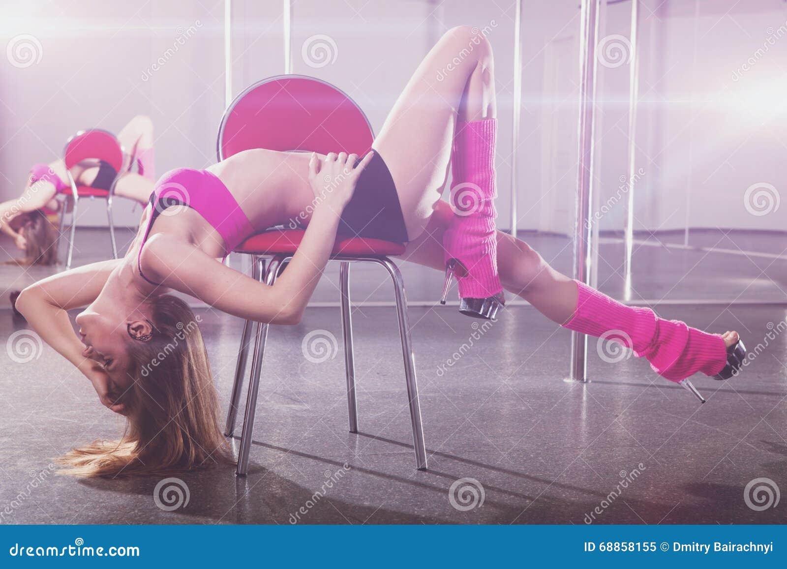Mulher bonita e cadeira vermelha