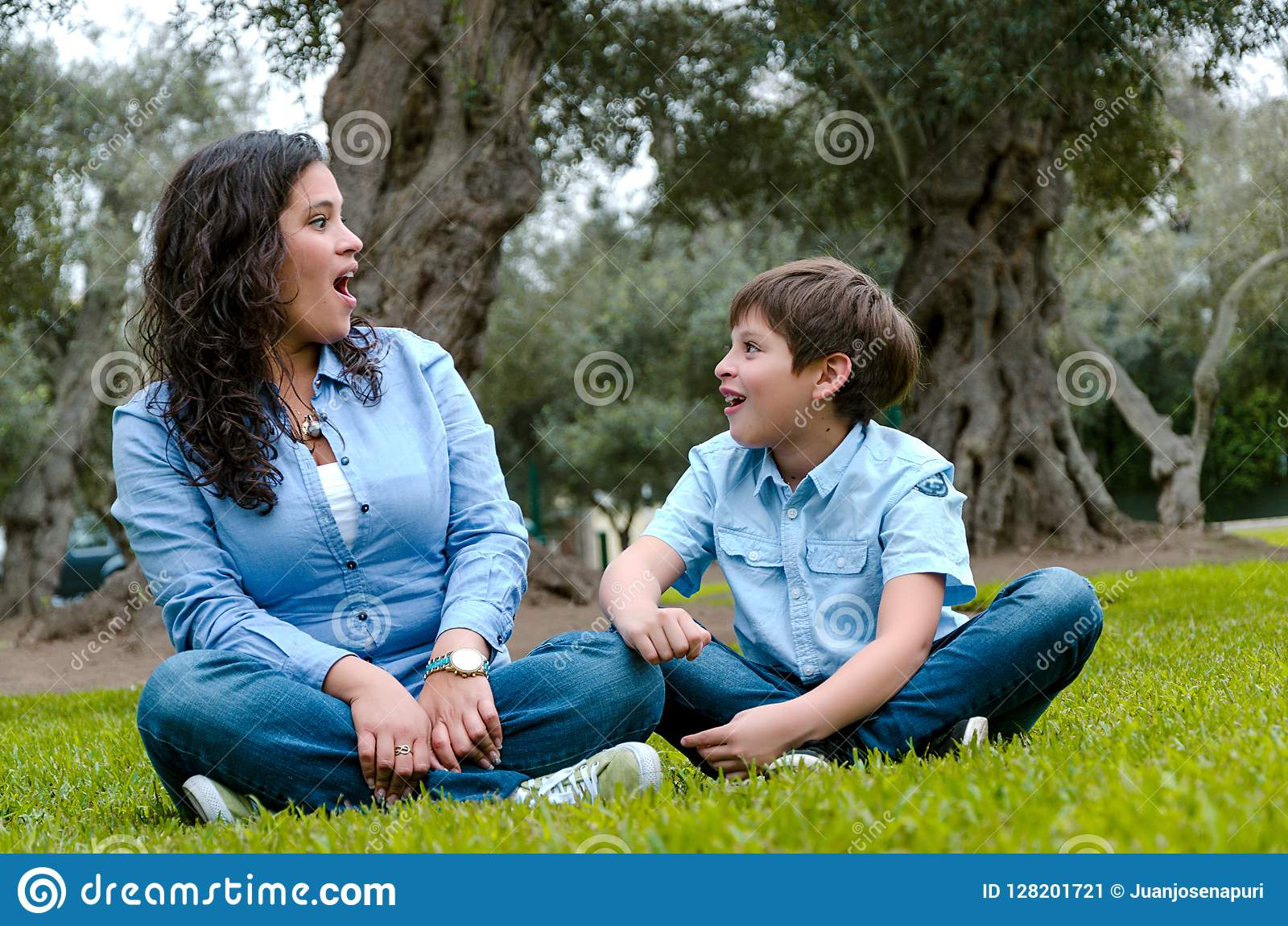 Mulher bonita e seu filho pequeno bonito que olham entre si surpreendidos