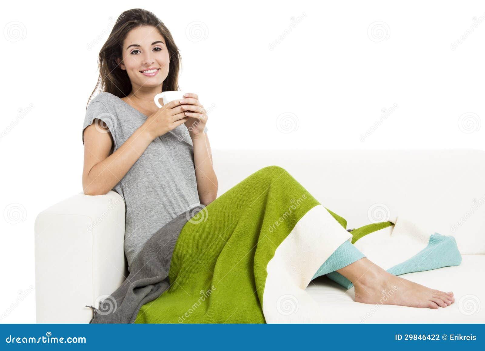 Chá bebendo no sofá