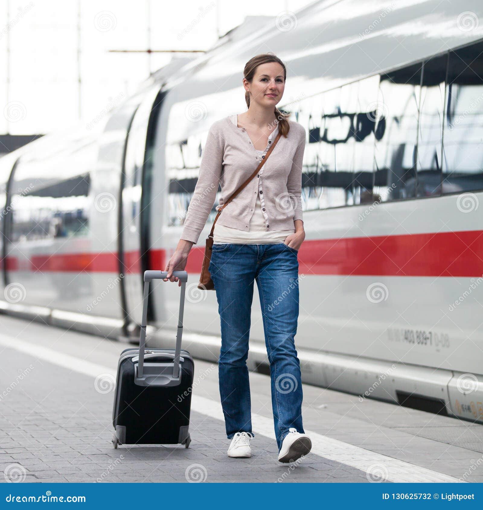 Mulher bonita em um estação de caminhos de ferro