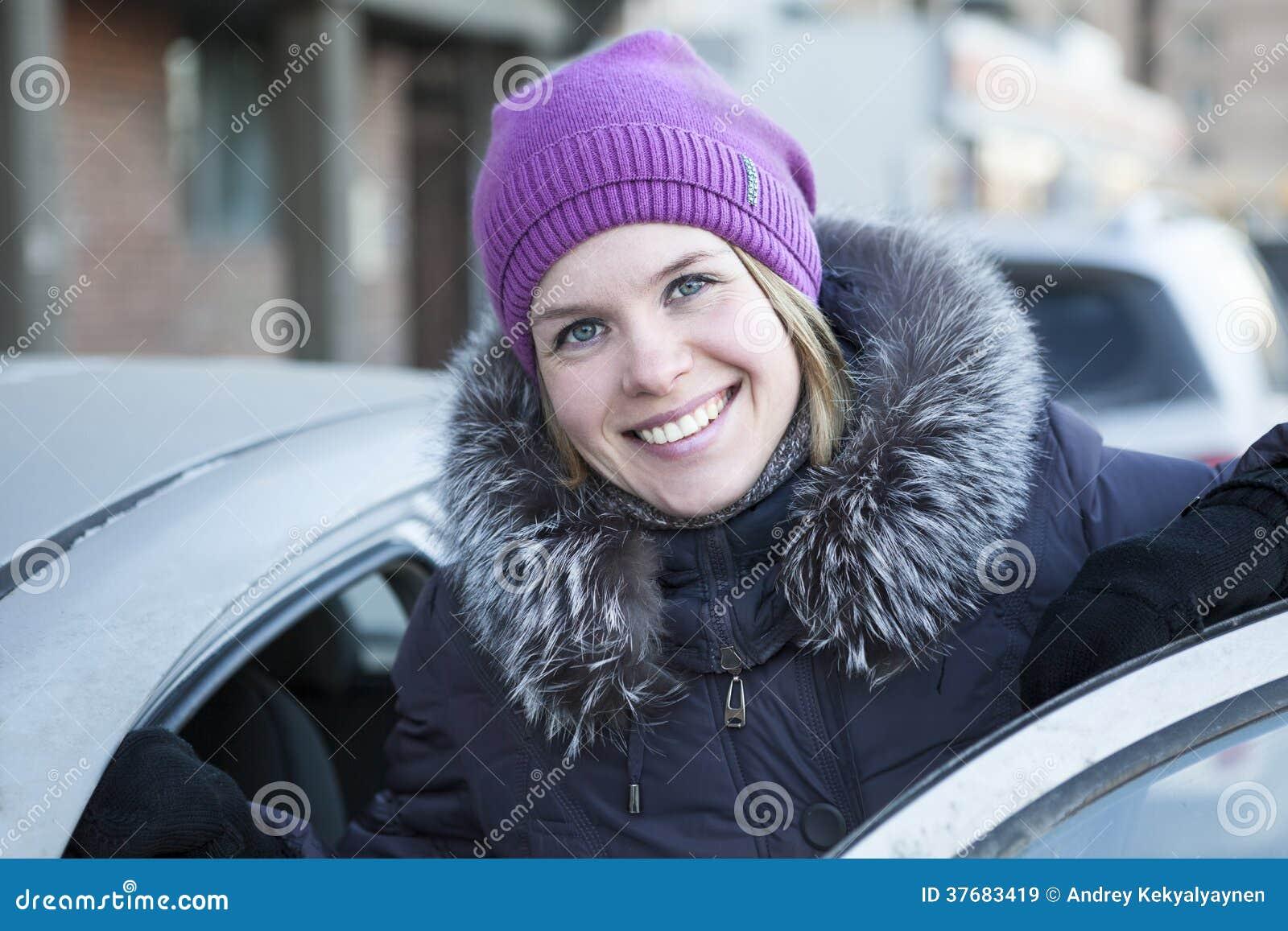 Mulher bonita feliz com uma porta de carro aberta