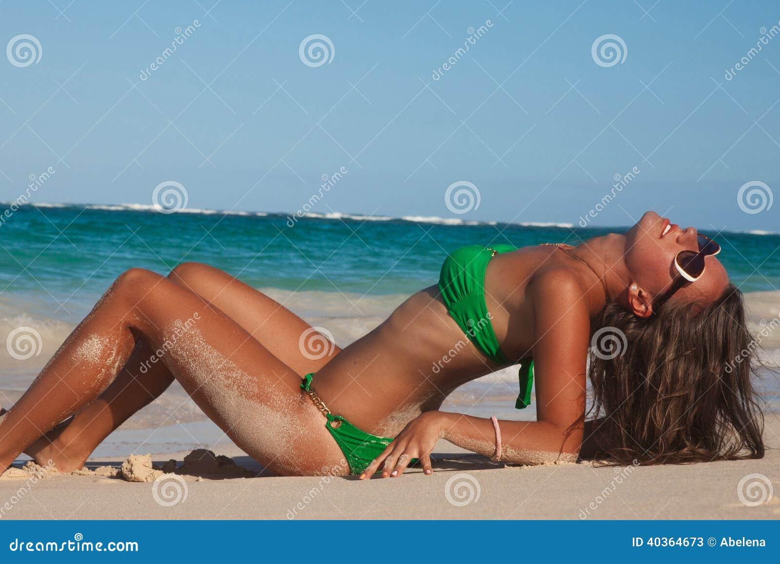 Mulher bonita feliz que aprecia férias de verão