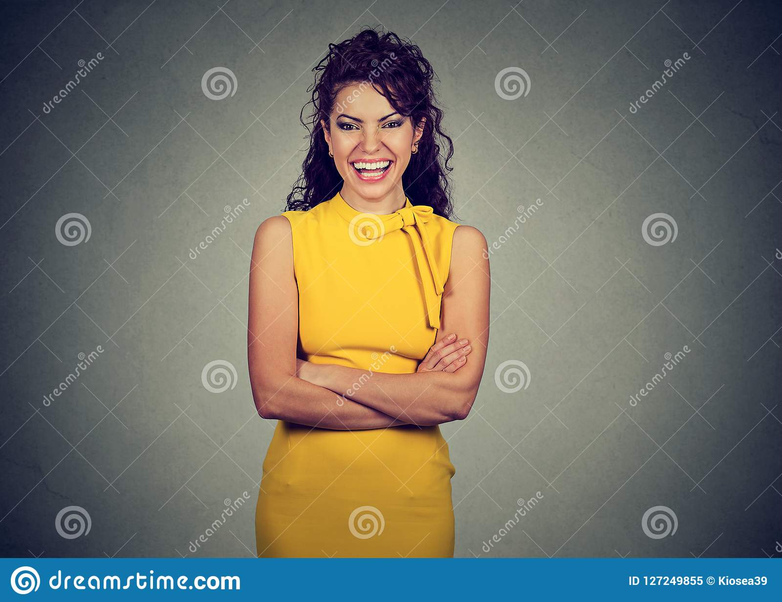 Mulher bonita feliz que ri da câmera