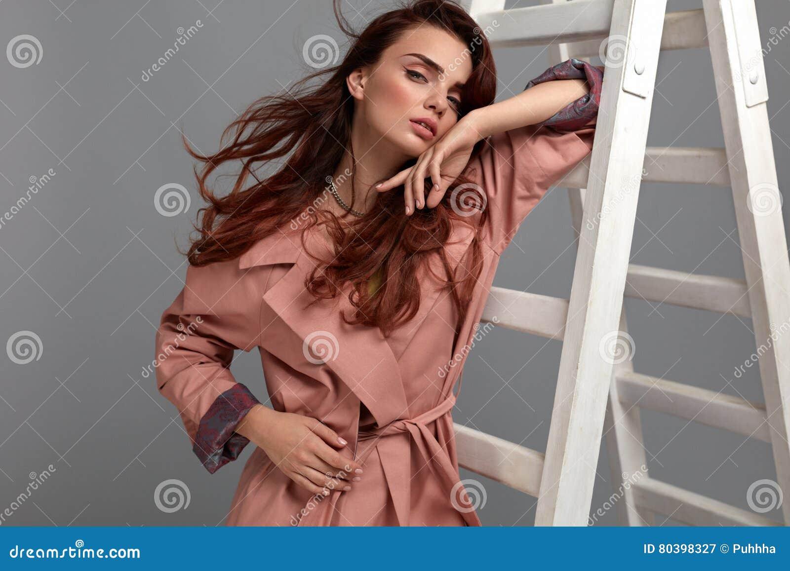 Mulher bonita, menina da forma na roupa elegante no estúdio