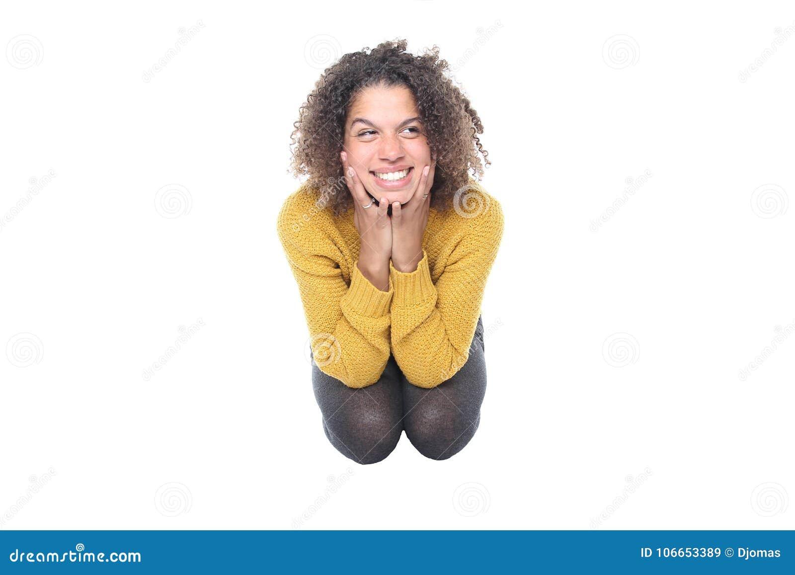 Mulher bonita na frente de um fundo branco que faz expressões