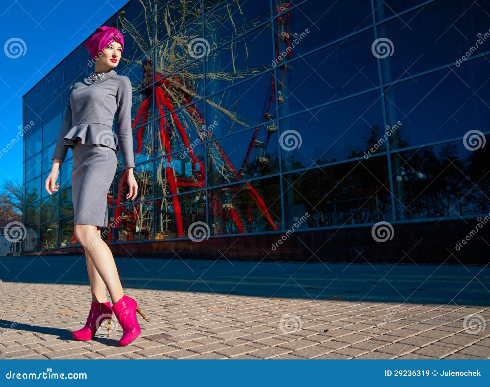 Download Mulher Bonita Na Frente De Uma Construção Imagem de Stock - Imagem de senhora, azul: 29236319