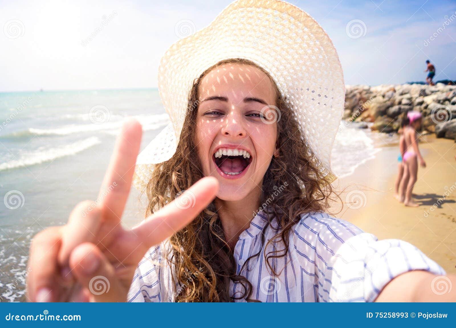 Mulher bonita na praia, riso, tomando o selfie, dia ensolarado