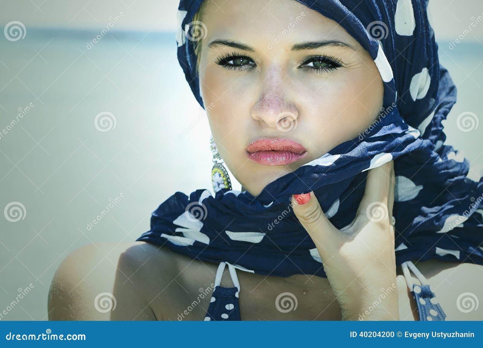 Mulher bonita na praia. Style.Summer.freckles árabe