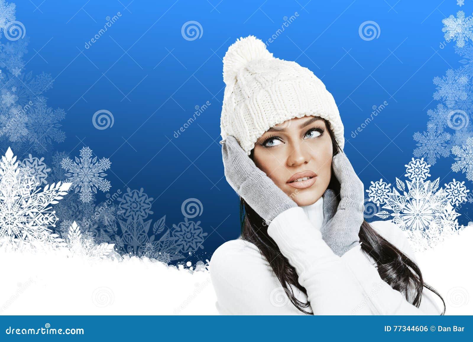 Mulher bonita na roupa do inverno