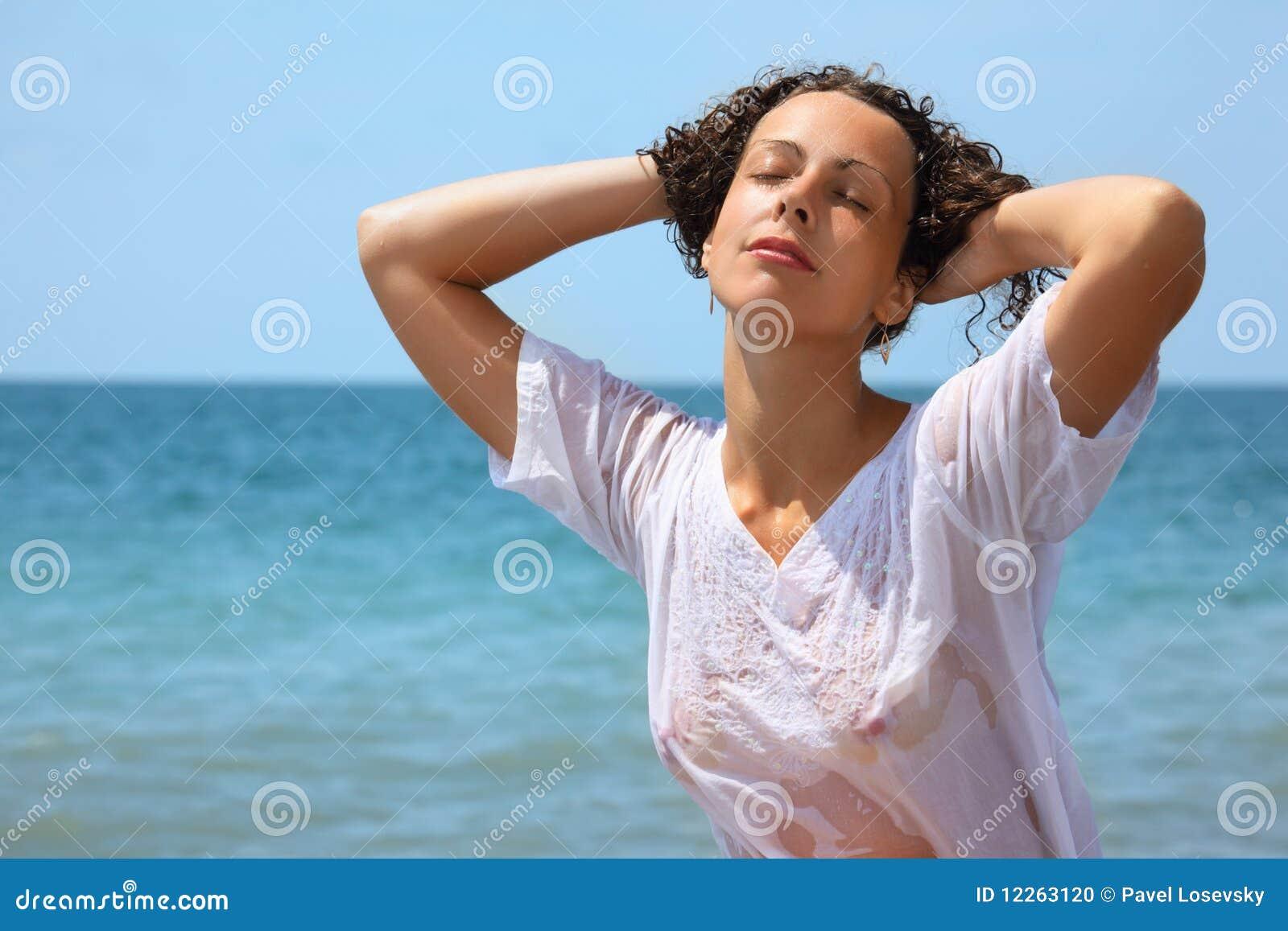 mulher-bonita-na-roupa-molhada-no-seacoa