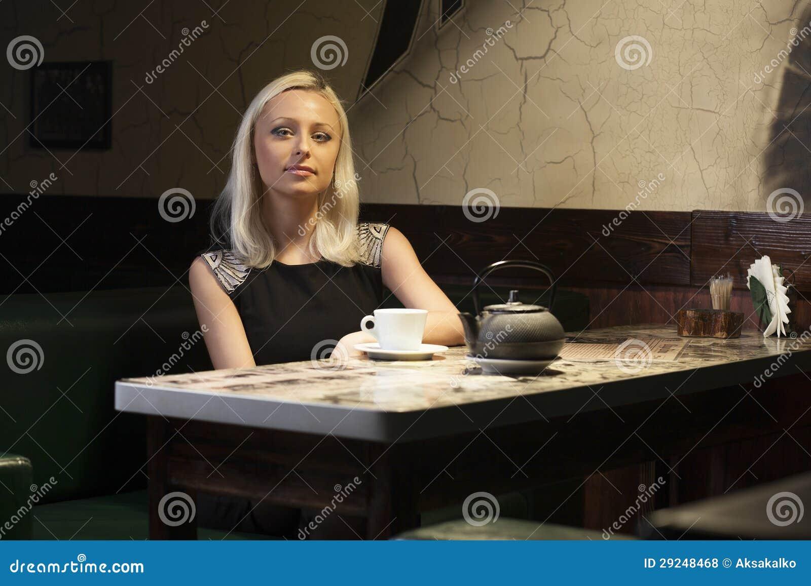 Download Mulher bonita no café foto de stock. Imagem de pessoa - 29248468