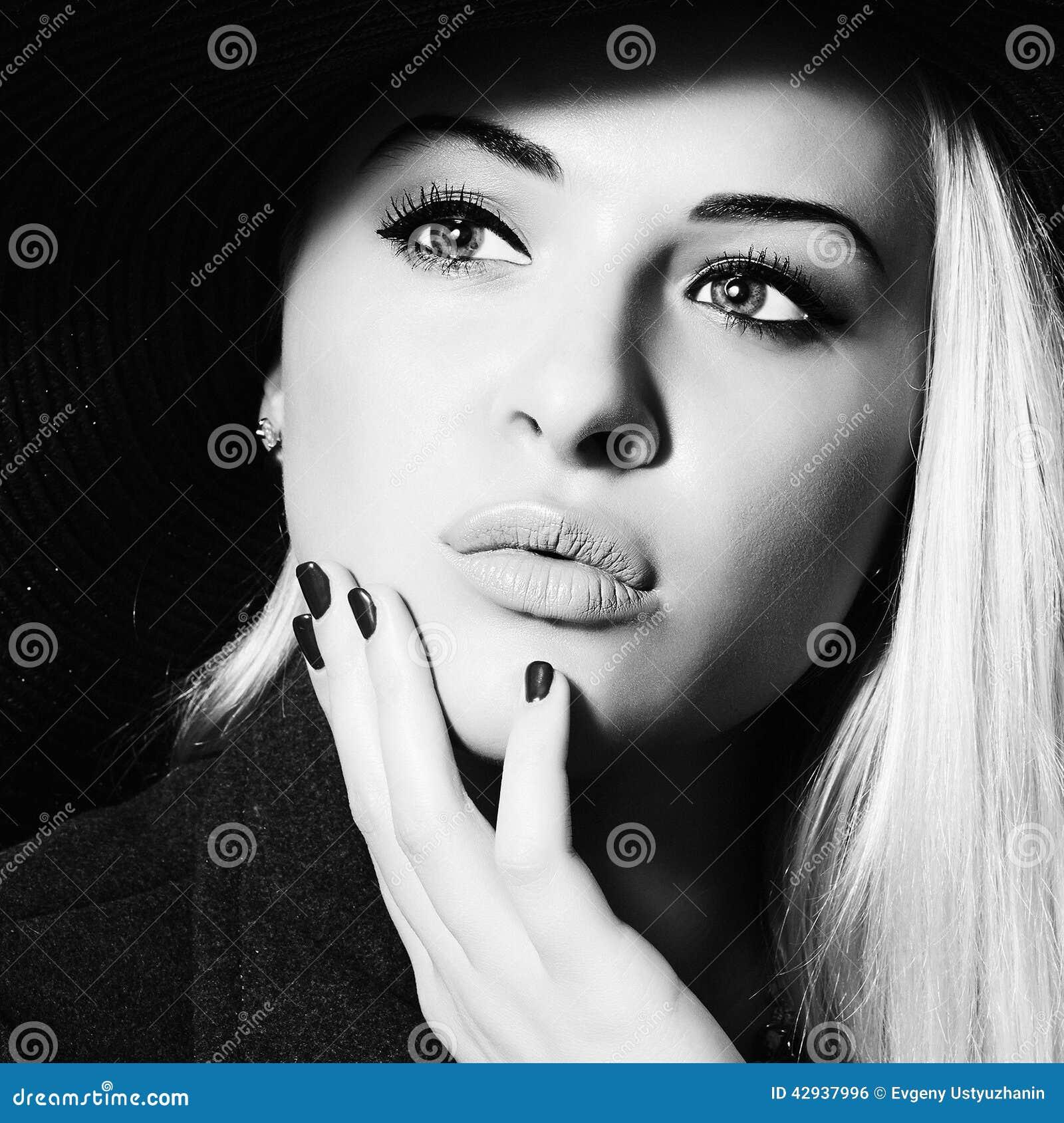 Mulher bonita no chapéu Compra da beleza Girl monocromático