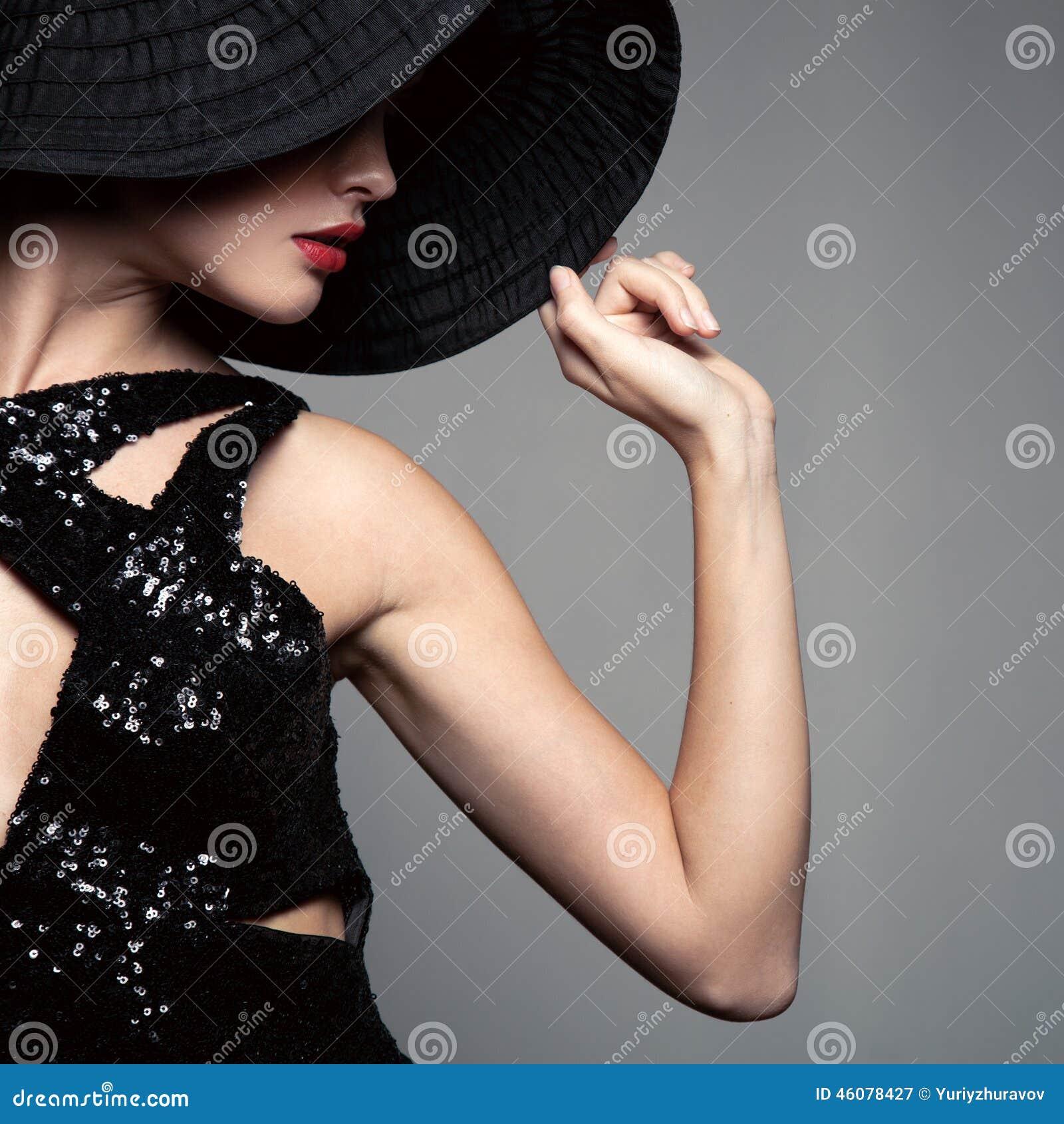 Mulher bonita no chapéu Forma retro