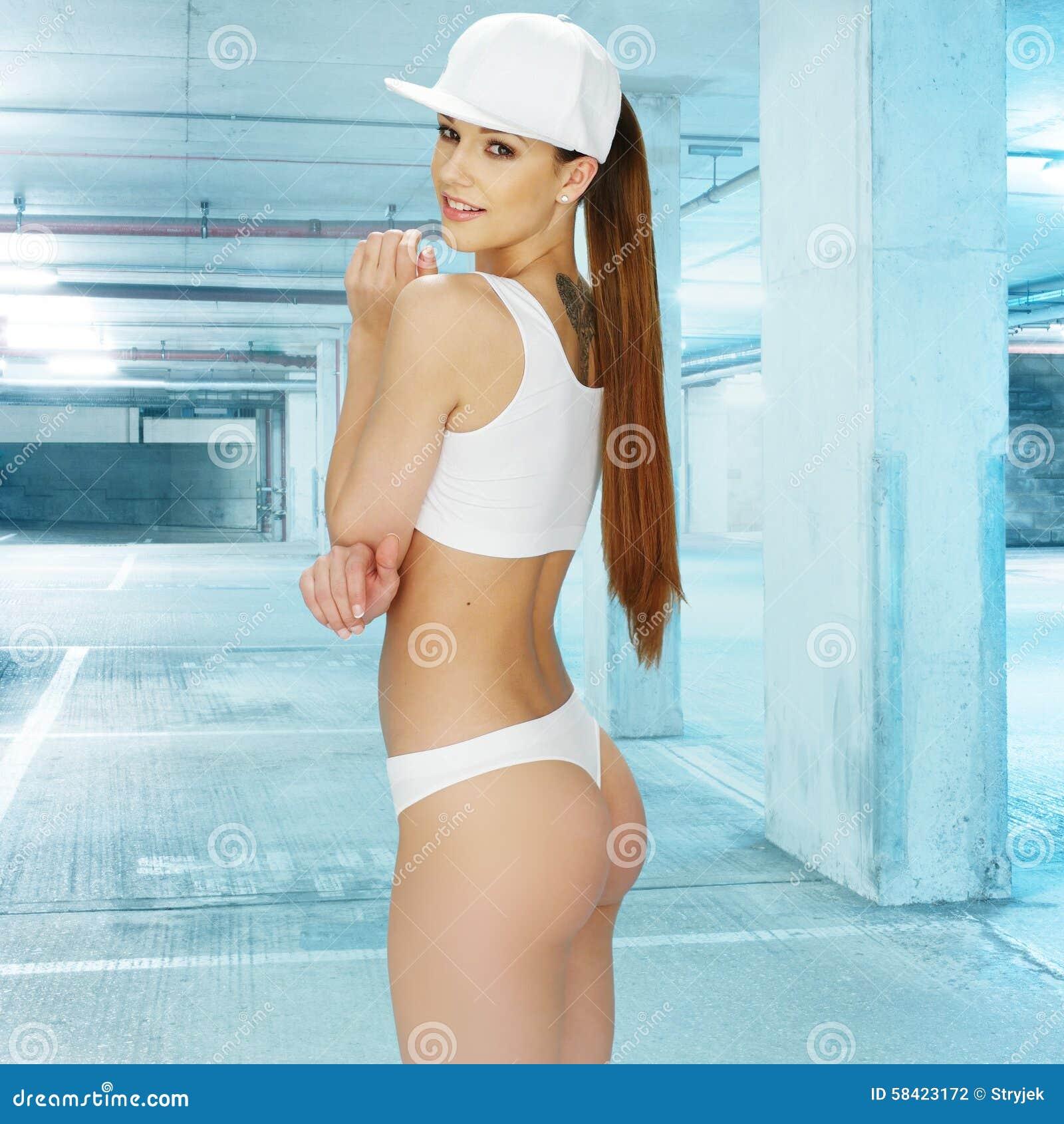 c9e08efb8 Três quartos disparados de uma jovem mulher bonita que veste o roupa  interior branco