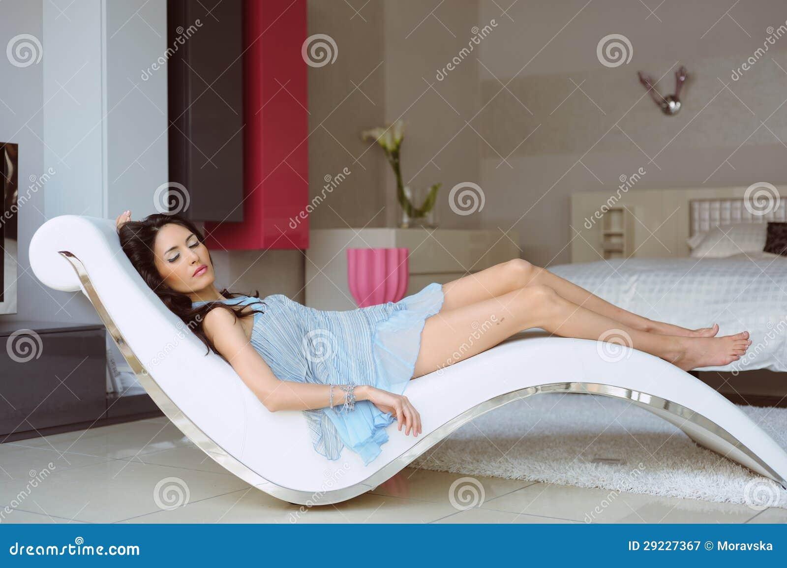 Download Mulher Bonita No Vestido Azul Que Descansa Em Uma Cadeira Na Casa Imagem de Stock - Imagem de azul, romantically: 29227367