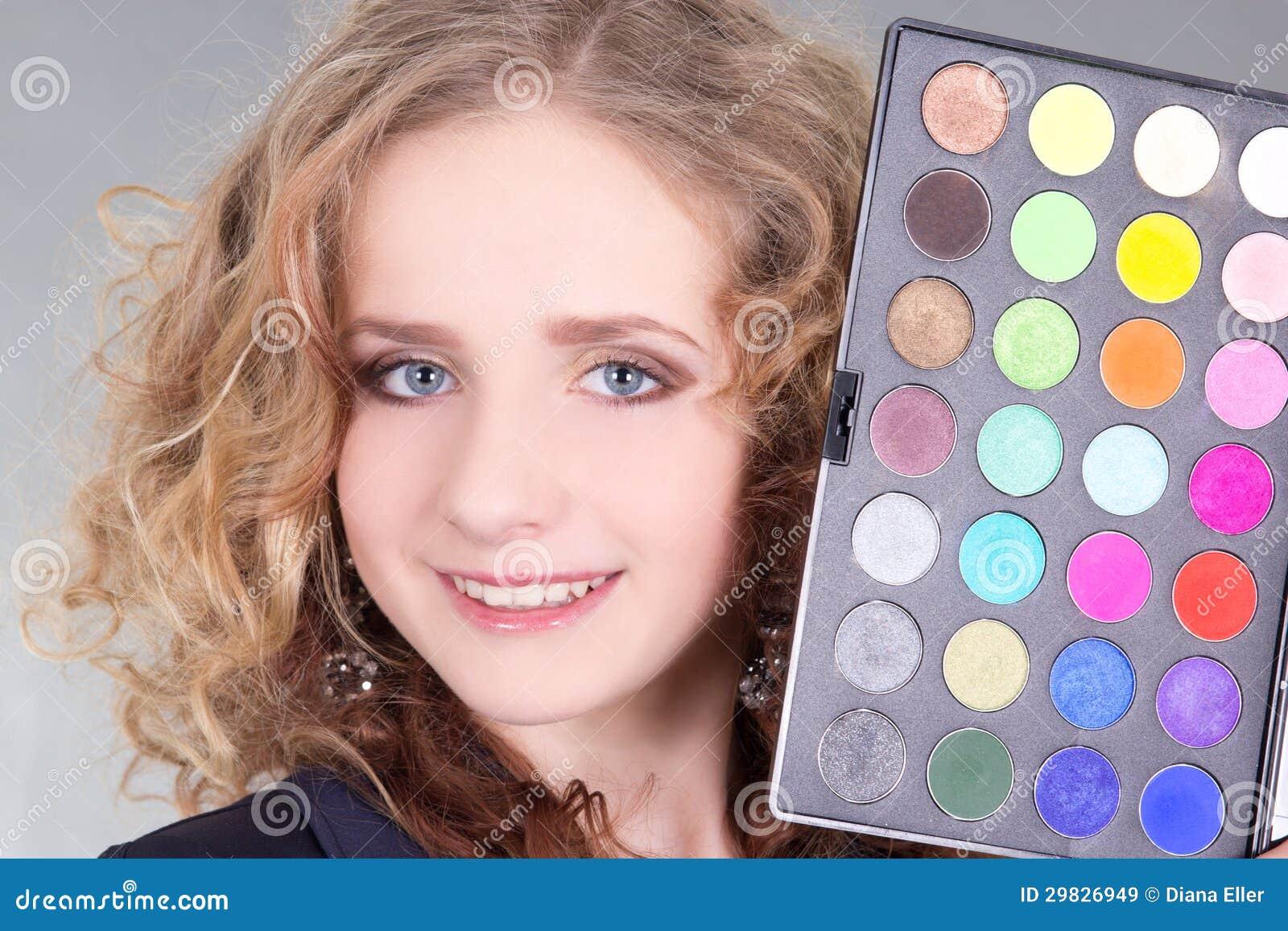 A mulher bonita nova com compo a paleta
