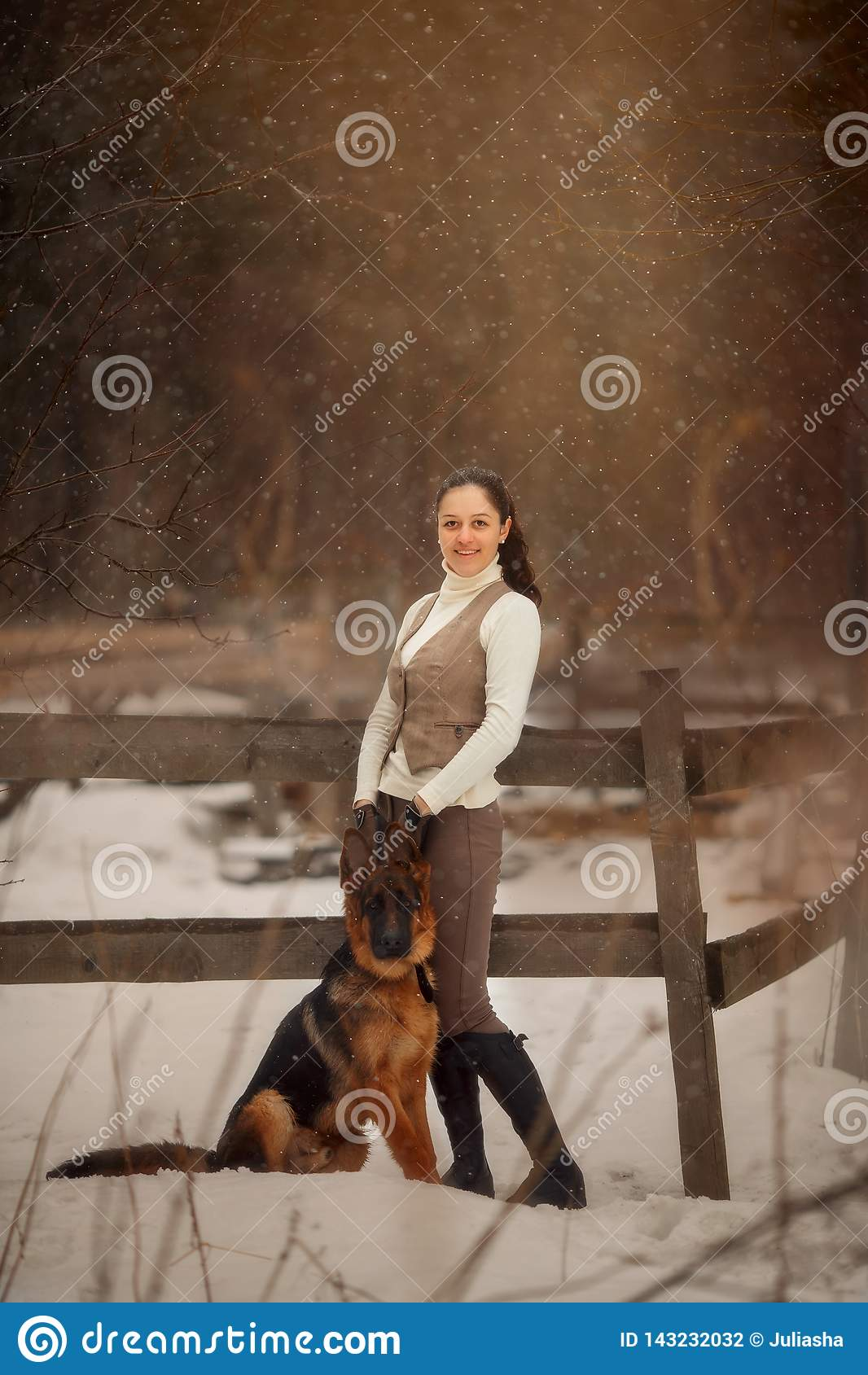Mulher bonita nova com o retrato exterior do cão-pastor alemão