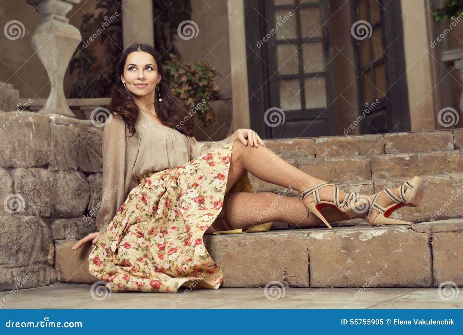 Mulher bonita nova na saia da flor