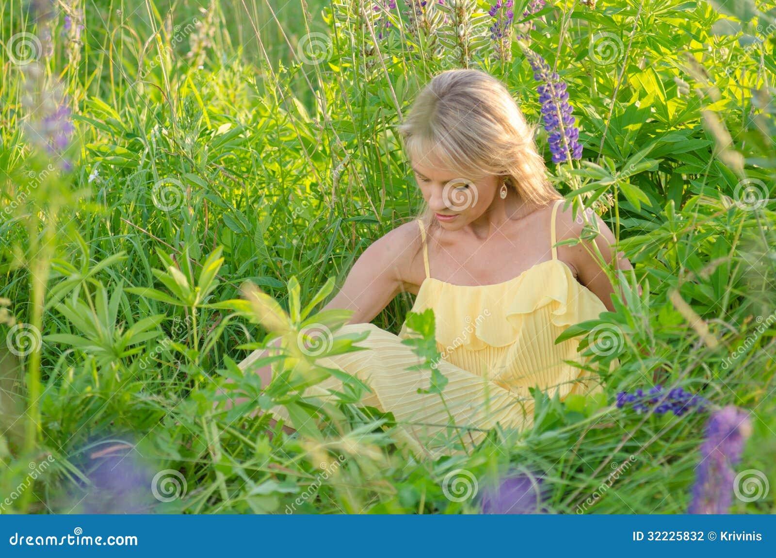 Download Mulher Bonita Nova No Campo Do Lupine Foto de Stock - Imagem de olhar, floral: 32225832