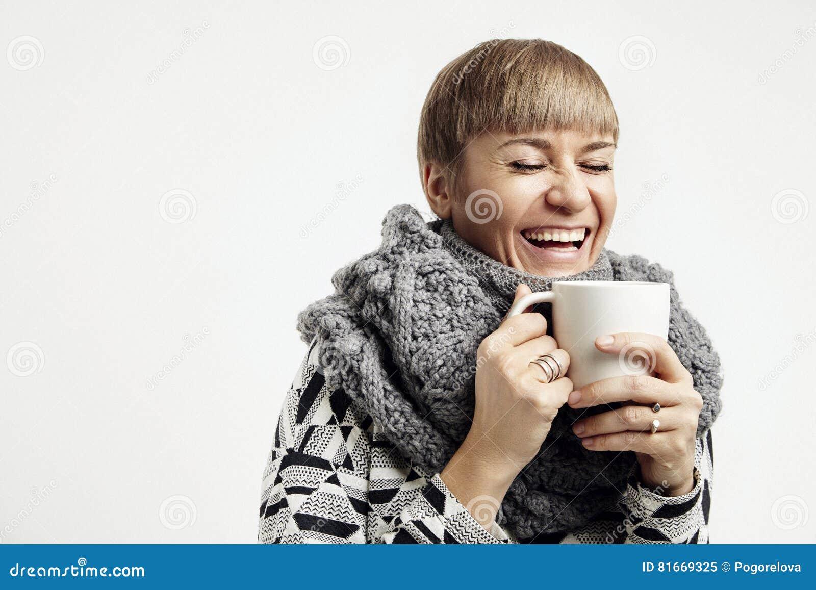 Mulher bonita nova que ri com um copo branco Disposição de projeto do conceito